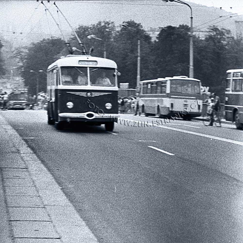 1989 - nadjezd na Již. svahy - zprovoznění trolejbusové dráhy 07